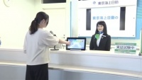 成田空港に女性人型ロボット登場