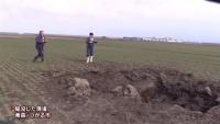麦畑に陥没穴 上空から落下物か、青森・つがる市が調査