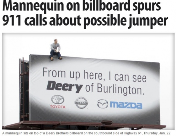 巨大広告板にお騒がせ男? ドライバーから通報相次ぐ。(米)