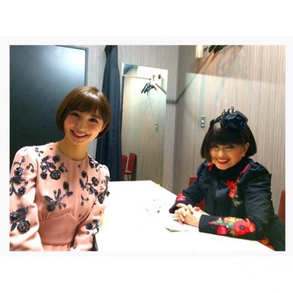 篠田麻里子、黒柳徹子との貴重なツーショット。お揃いヘアで息もぴったり。