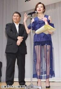 【エンタメ賞】ベッキー 透けドレスで美脚披露し東スポをチクリ