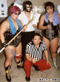 阿部さん(手前中央)はダンプ(左)、クレーン・ユウ(右)らの極悪同盟に加担した(1985年2月)