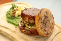 肉を肉で挟みこんだ「肉のミルフィーユバーガー」 など肉好き垂涎、驚きの肉メニューが登場!