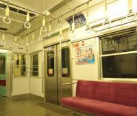 2位「席を2人分使う」より…電車でイラッとする他人の行動1位は?