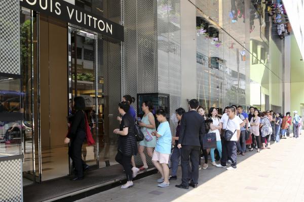 中国人のぜいたく品国内購入額、14年に11%減 「反腐敗」と海外旅行での購入増加で