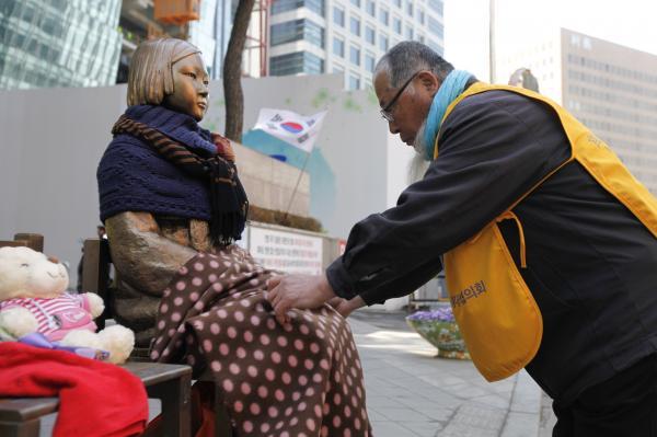 慰安婦を売春婦と呼ぶ安倍政権を誰が・・米誌が日本の姿勢を猛批判、韓国ネット「被害を受けたすべての国が一つに…」「近代化の礎を作ってくれたのも事実」