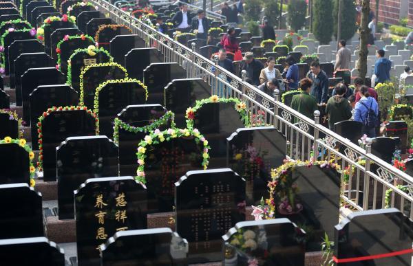 清明節を前に、ネット上で「墓参り代行」サービスが続々出現・・参拝、号泣、供物の代行から「生中継」まで―香港メディア