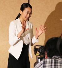 引退会見を終え報道陣に手を振る浅田真央。「モテ期」到来か!? (c)朝日新聞社