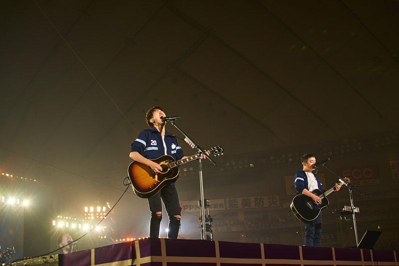ゆず 10万人を二人で魅了。東京ドームでの弾き語りライブ...