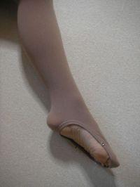 女子フィギュア選手、なんでブーツの上からタイツ?