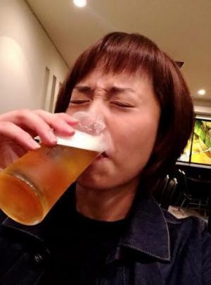 ビールを飲む上田まりえ