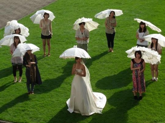ゼクシィ×文化学園によるエコ活動、使用後のウエディングドレスを小物に再生