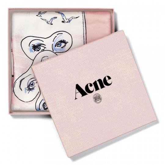 ACNE、日本初の旗艦店のオープンを記念して限定スカーフを発売