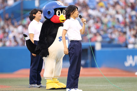 COWCOWが「あたりまえ始球式」を神宮球場で披露