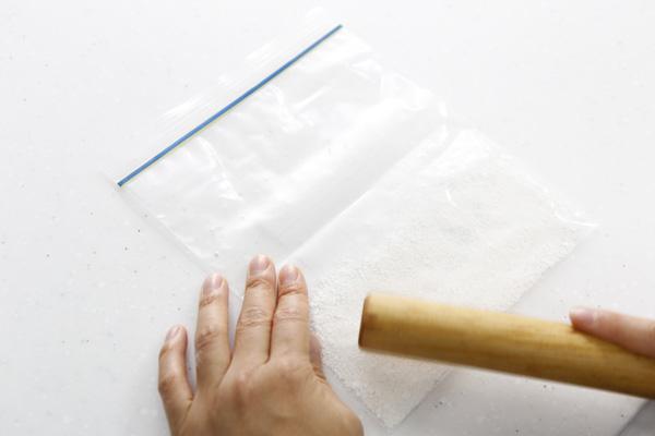 白玉粉のかたまりを袋に入れ、麺棒で袋の上から叩いて粉にします