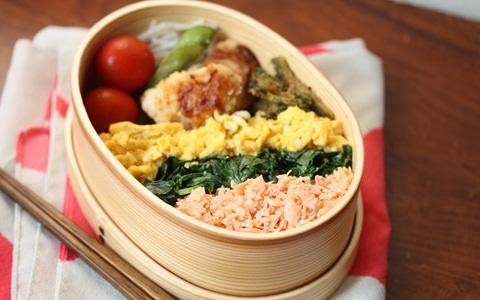 お弁当は、小さな箱に沢山の色を入れてあげると豪華に、美味しそうに見えます。