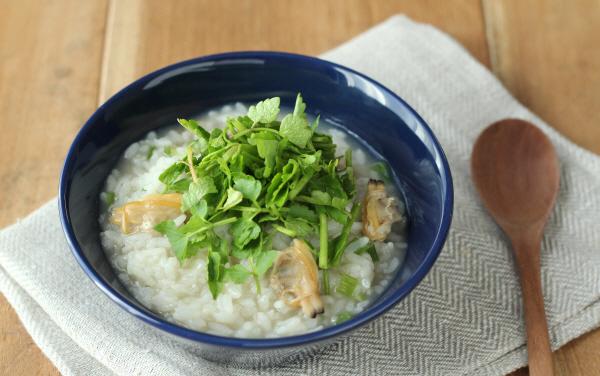 冷やごはんに冷凍のあさりでできる時短レシピ「あさりとせりの雑炊