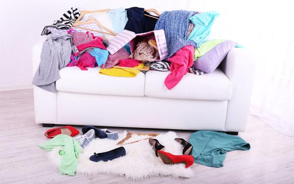 散らかっている洋服や靴