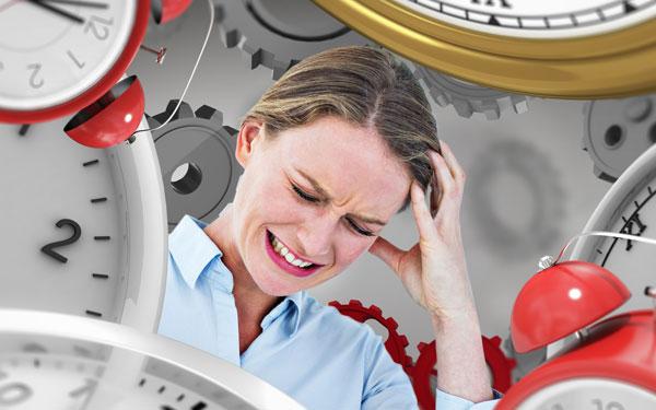 時計に囲まれてイライラしている女性