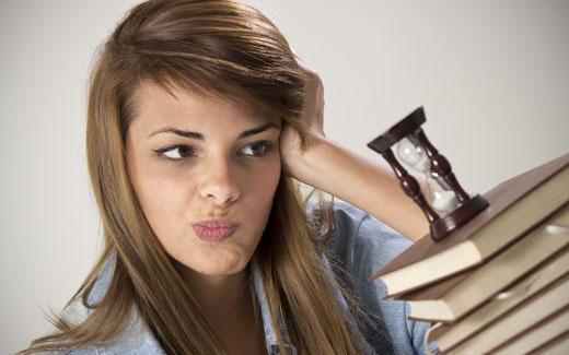 砂時計と辞書と悩む女性