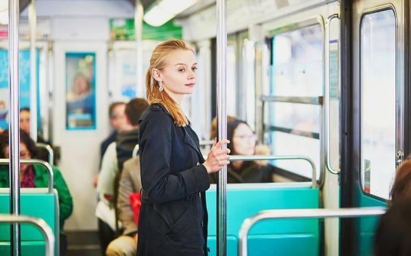 電車に乗る女性