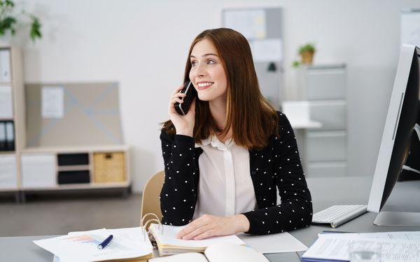オフィスで電話をする女性