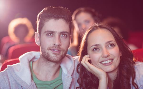 映画を楽しむ男女のカップル