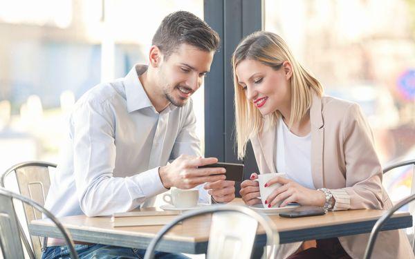 カフェにいるカップル