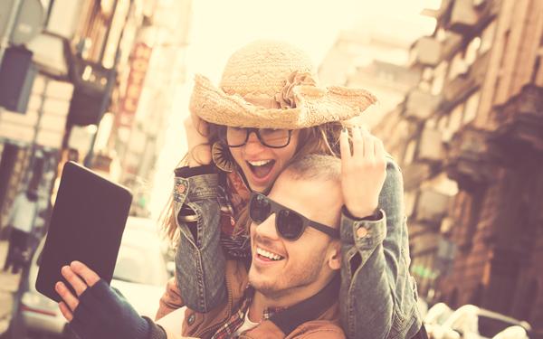 スマートフォンで写真を撮るカップル