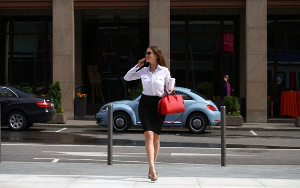 街を歩く女性