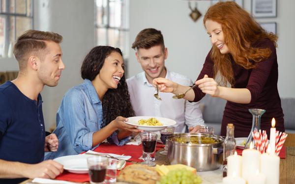 食事を楽しむ男女4人