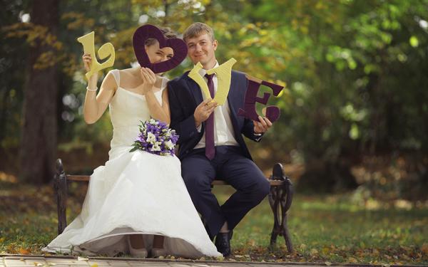幸せそうなウエディングカップル