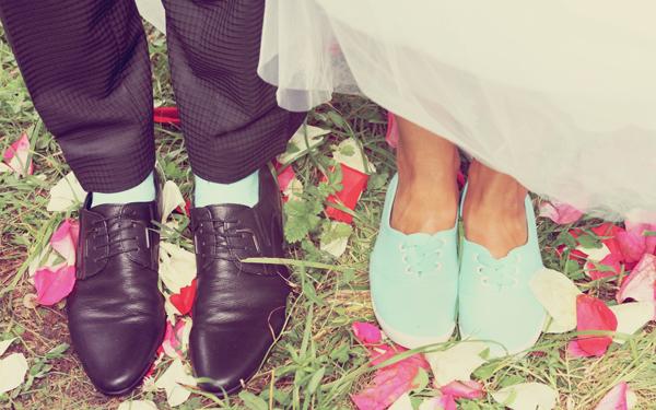 スニーカーをはいた男女のカップル