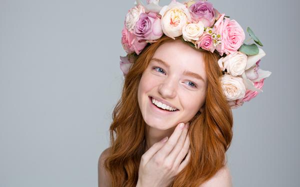 花飾りをかぶった笑顔の女性