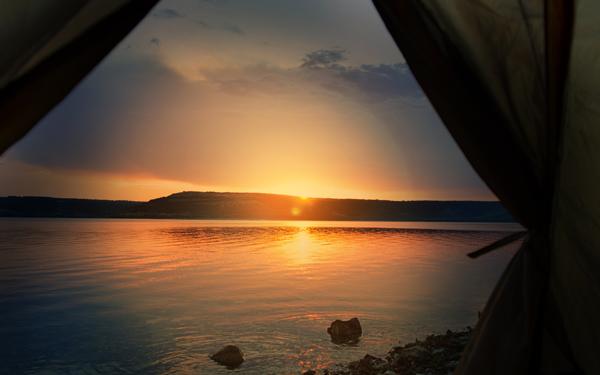 テントの中から見た湖に沈む夕日