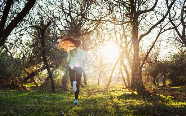 山の中を走る女性