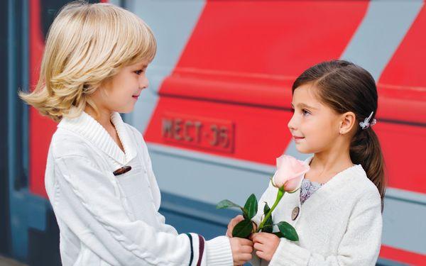 男の子からバラを受けとる女の子