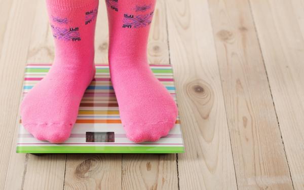 体重計に乗った足