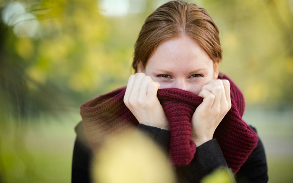 マフラーで顔を隠す女性