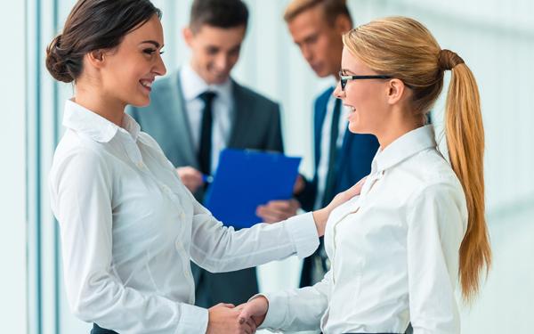 オフィスで握手をする二人の女性