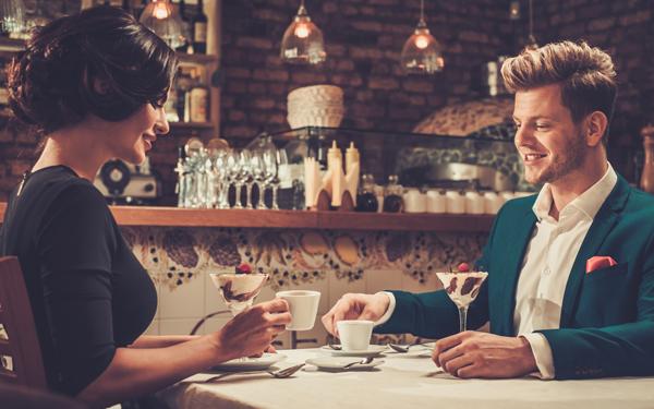 レストランでデザートを食べるカップル