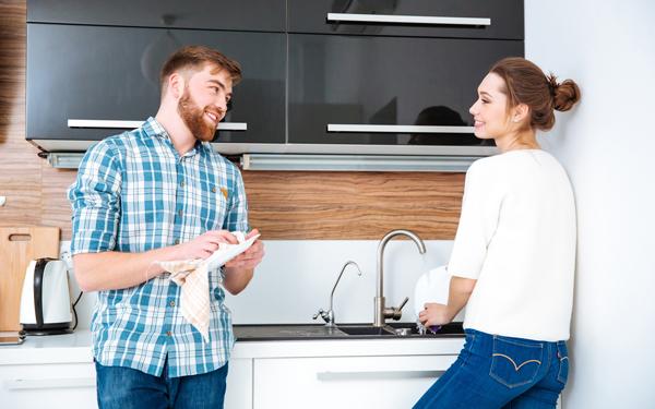 食器を洗う若い夫婦
