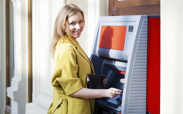 ATMでお金をおろしている女性