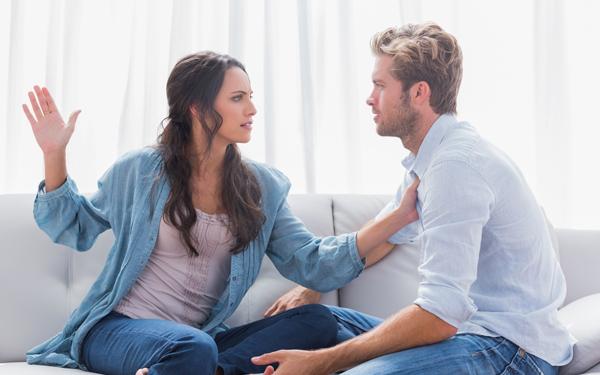 けんかをする男女のカップル