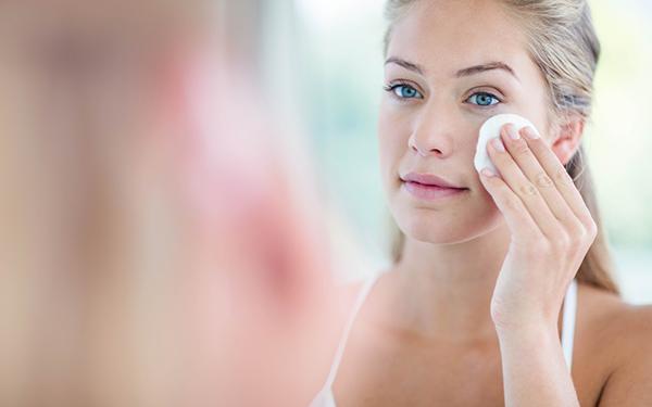 化粧水を付ける女性