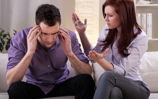 何かを話す女性と頭を抱える男性