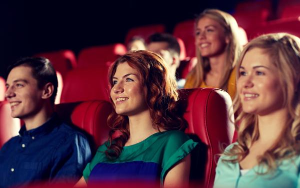 映画を鑑賞中の男女