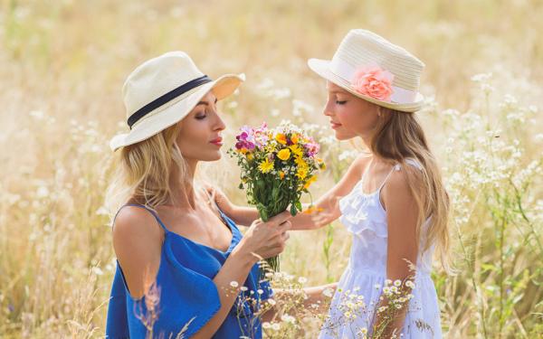 草原で花をつむ母娘