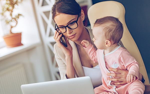 在宅で働くことのメリットやデメリットを、実際に在宅ワークをしているママたちの声を交えてご紹介します。