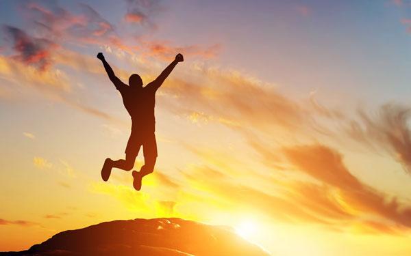 夕陽の中をジャンプする人